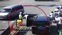 폭염 더위 속...운전자가 경찰관에게 건넨 것은?