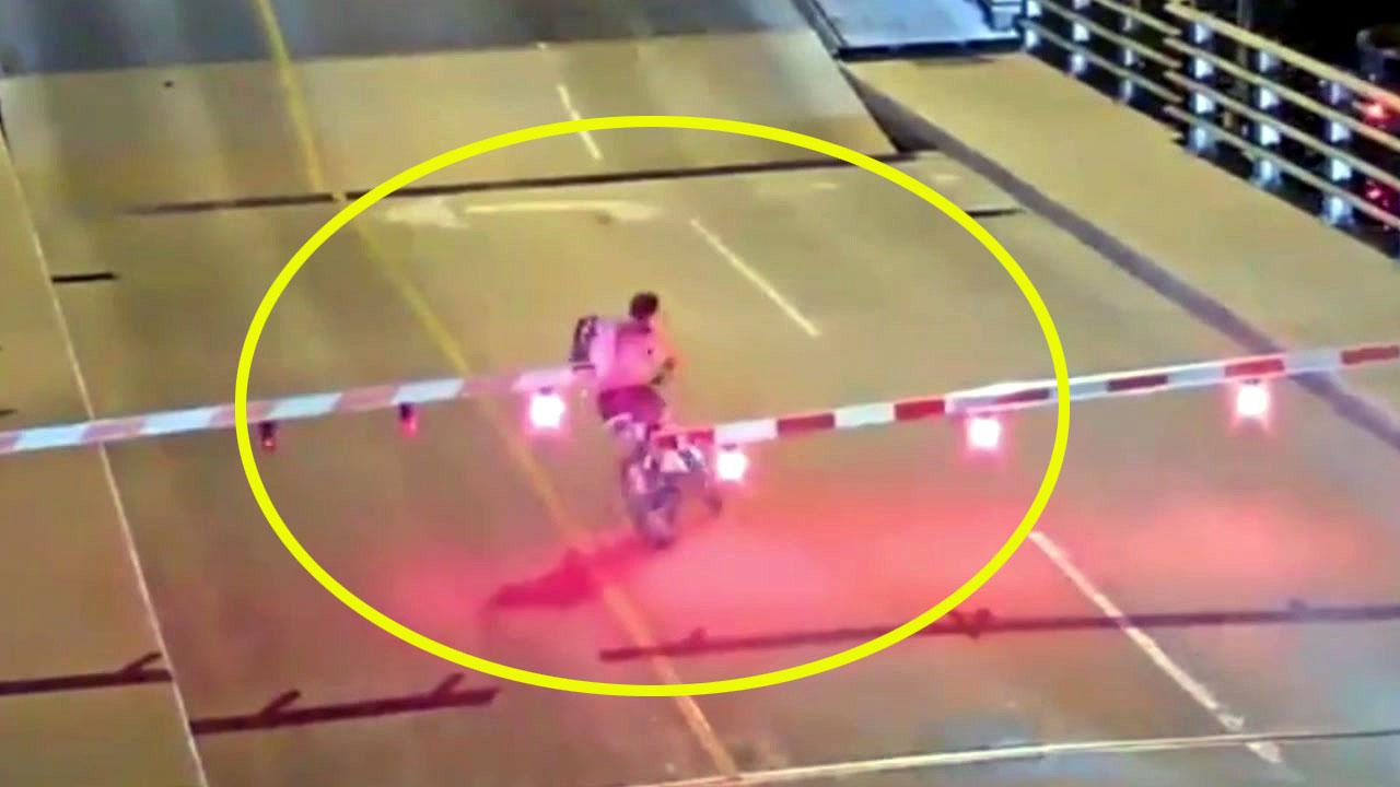 일시정지 차단기 무시한 자전거 '위험한 질주'