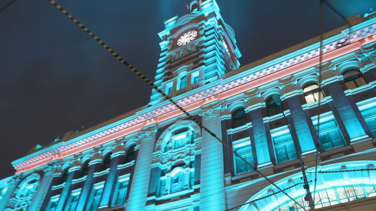 1,100개의 LED 조명...108년 된 기차역의 변신