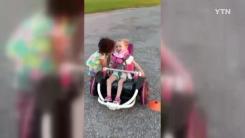 [영상] '진정한 우정이란'...몸 불편한 친구 돕는 꼬마