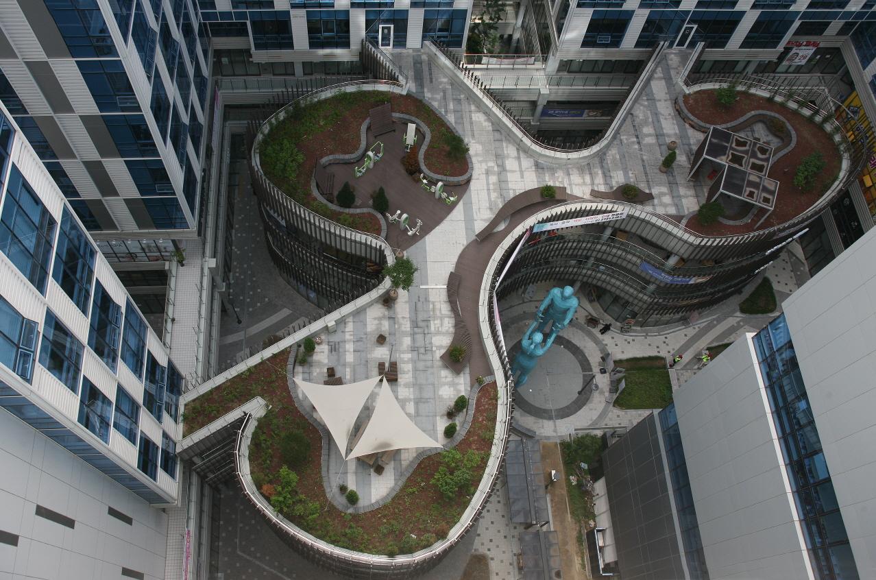 ● 멋진 세상 속 건축디자인_ 세 개의 알을 형상화한 중앙플라자가 돋보이는 두산더랜드파크