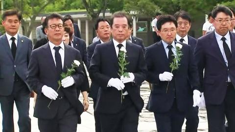 봉하마을 찾은 김병준...文 정책에는 '날 세우기'