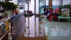 '시간당 93mm 기록적 폭우' 강릉 도심 물바다