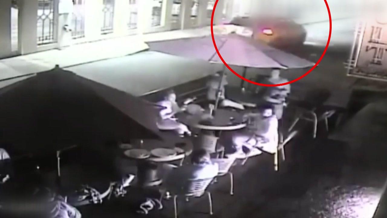 [영상] 위험한 불꽃놀이? 시민 겨눈 폭죽테러