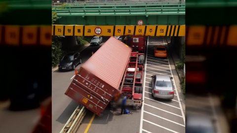 [영상] 높이 제한 구조물에 화물차 '쾅'...컨테이너 와르르