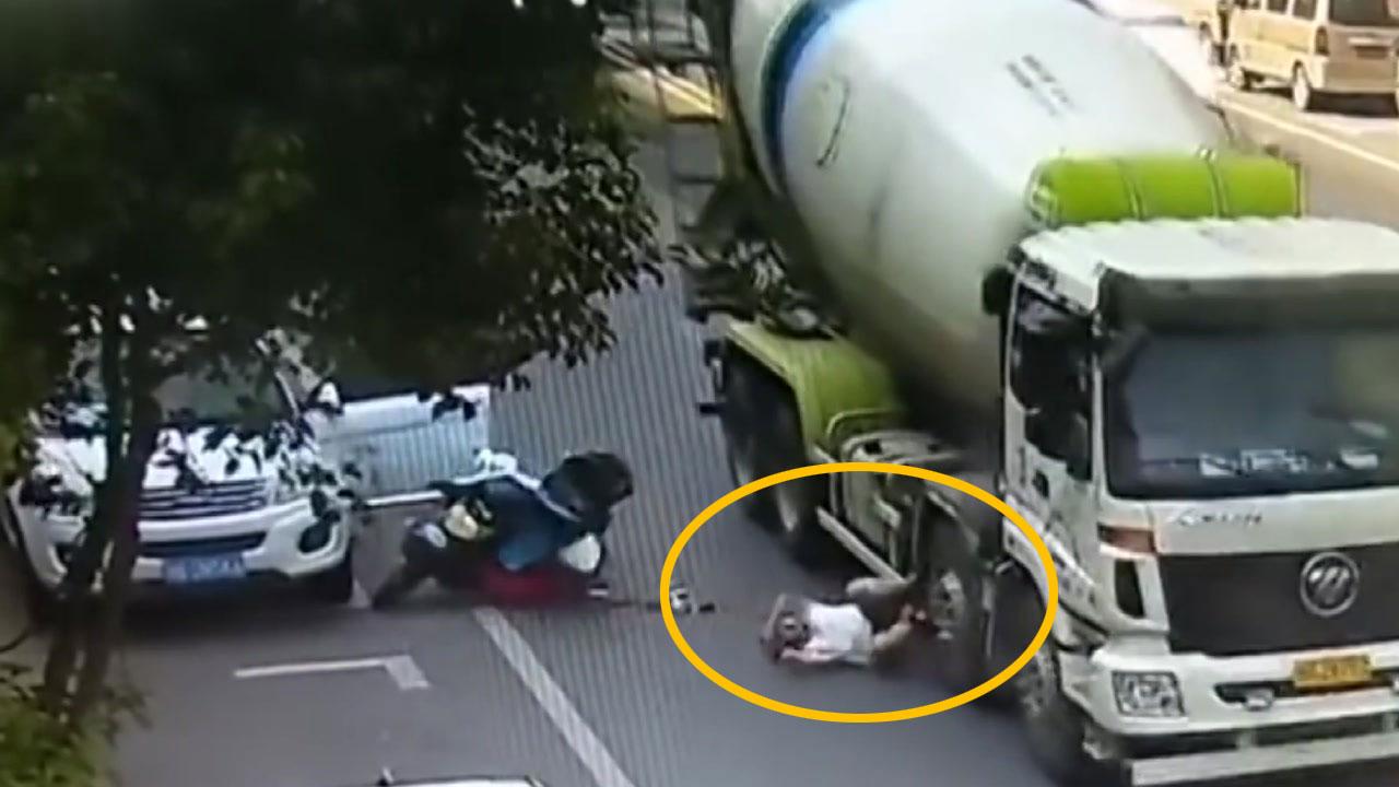 """[영상] 레미콘 바퀴로 굴러간 운전자...""""헬멧이 살렸다"""""""