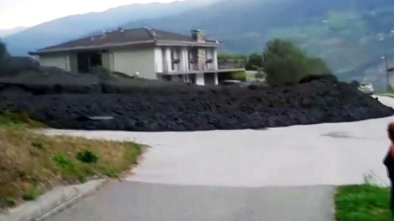 [지구촌생생영상] 산간마을 덮친 '진흙 홍수'...용암처럼 솟구쳐