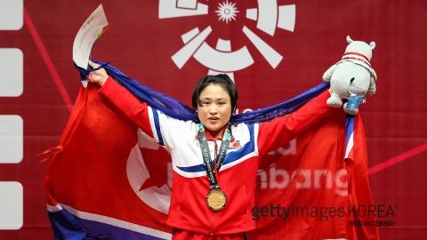 북한, 여자 역도에서 첫 금...48kg급 리성금