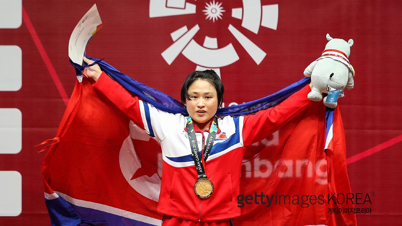 북한, 여자 역도에서 첫 금...48kg급 리성금_이미지