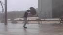 태풍 비바람 불어오면...'우산' 쓰지 않는 것이 ...