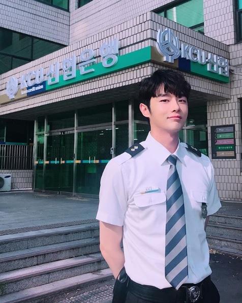 모델 겸 배우 강희, '제복 소화력 갑' 인증샷 화제