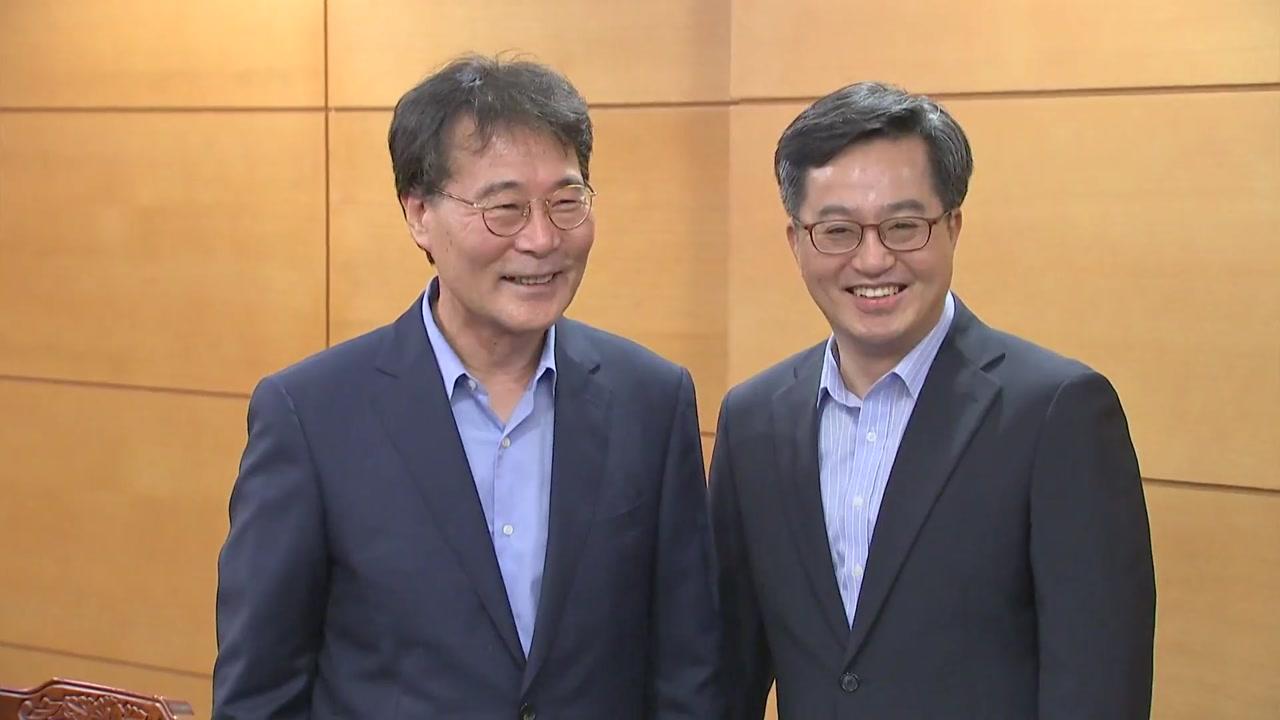 """갈등설 속 만난 김동연-장하성 """"손 꽉 잡으시죠"""""""