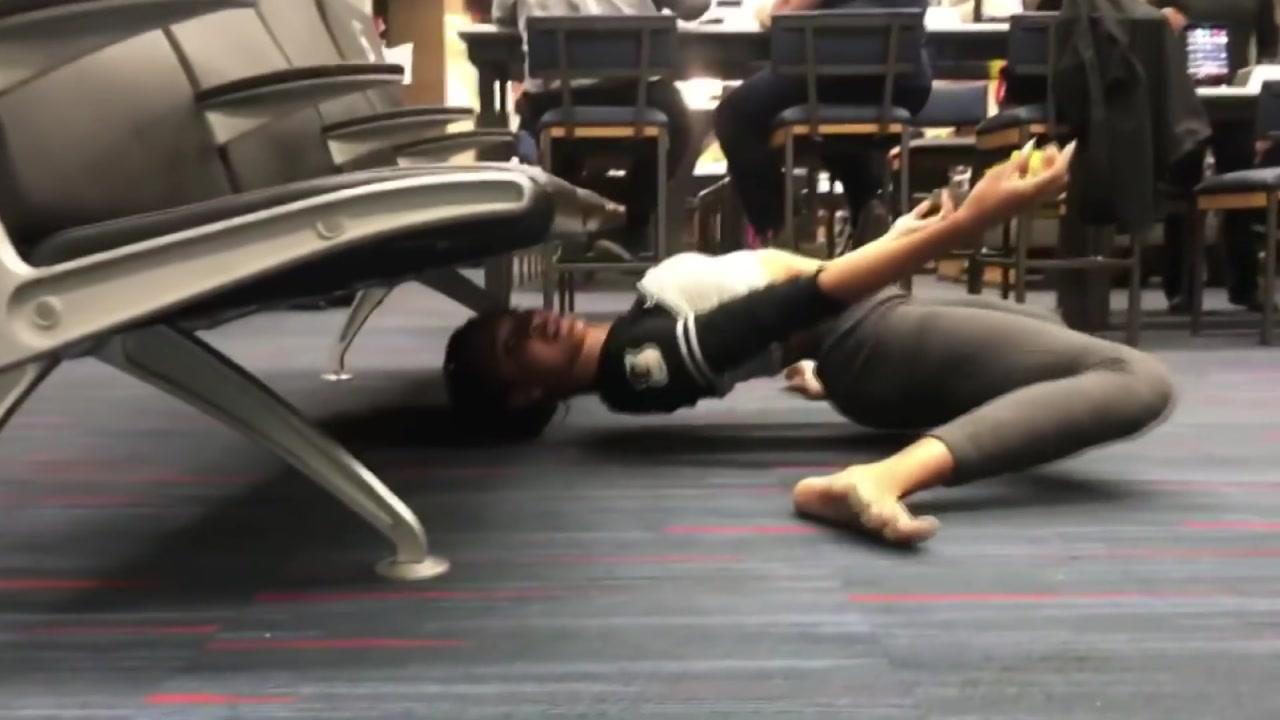 [영상] 놀라운 유연성...공항 의자 밑 림보 한판