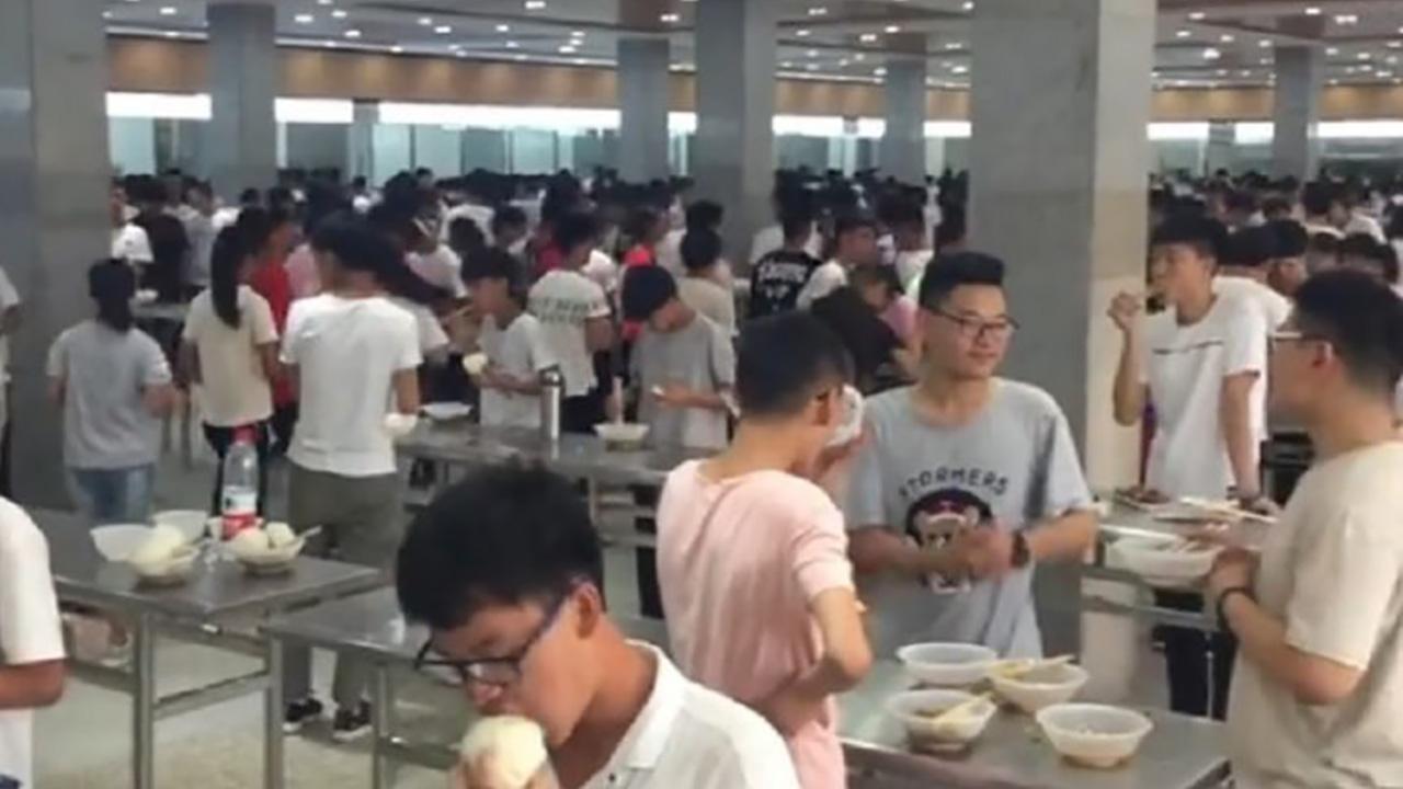 """""""빨리 먹고 공부해"""" 급식실 의자 없앤 중국의 한 고등학교"""