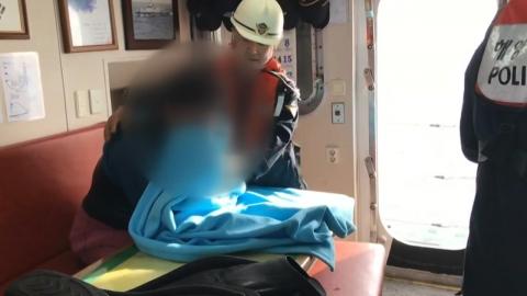 """""""밤새 부표 잡고 버텼다"""" 66km 표류한 다이버 극적 구조"""
