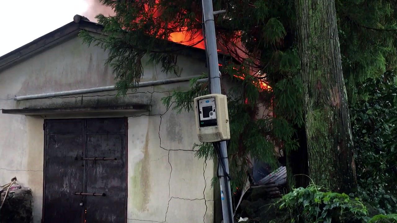 제주 감귤농장 창고 화재...한 동 전소