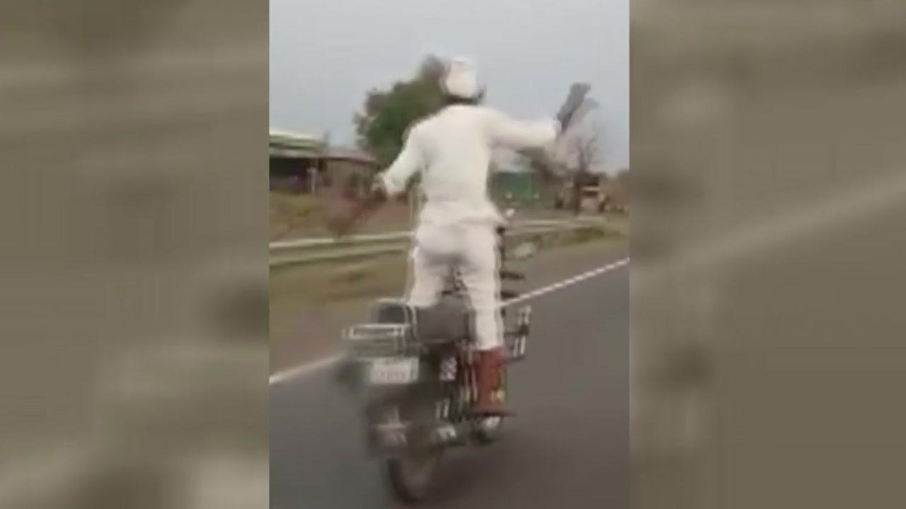 도로 위 아찔한 질주...오토바이 위에서 춤추는 남성