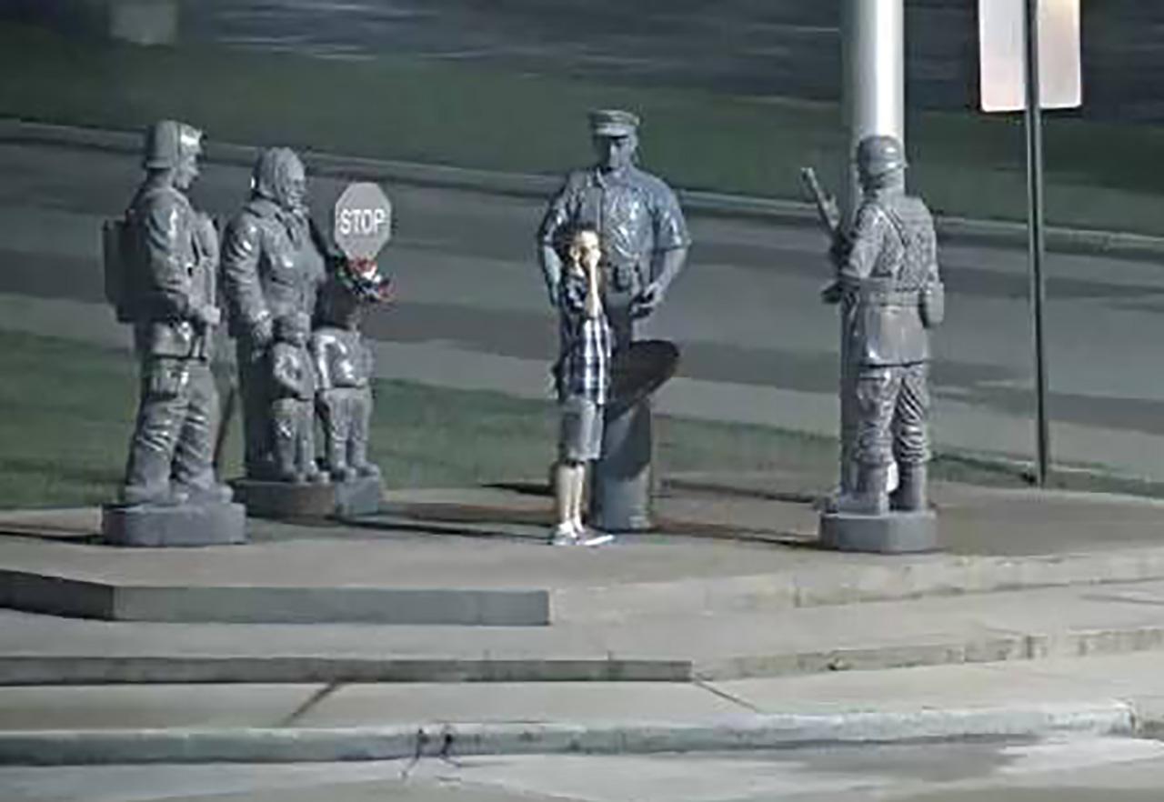 군인 동상에 거수경례하는 소년...길거리 CCTV에 녹화돼