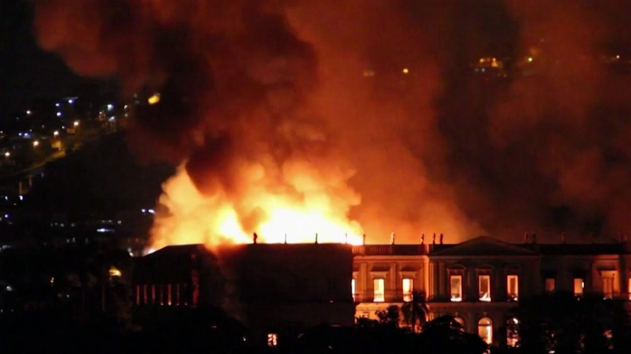 '200년 역사' 화염 속으로...브라질 국립박물관 대형 화재