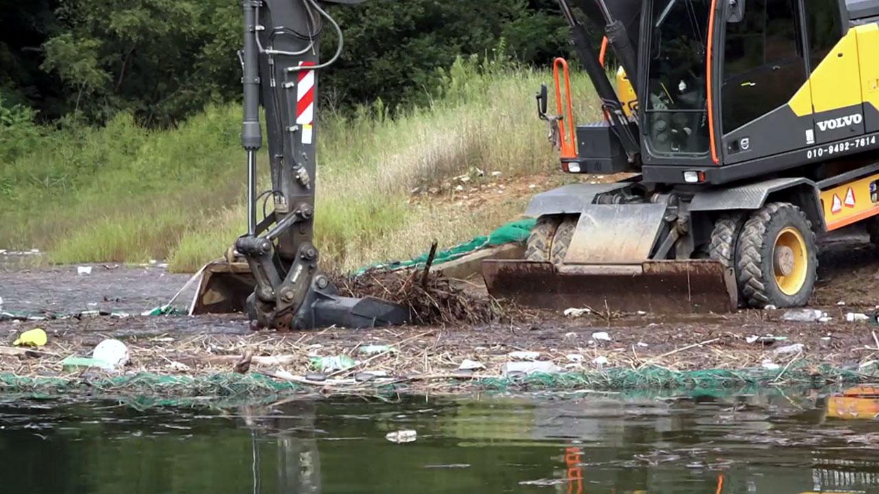 비 그치자 드러난 소양호 쓰레기섬...전국 하천 쓰레기 가득