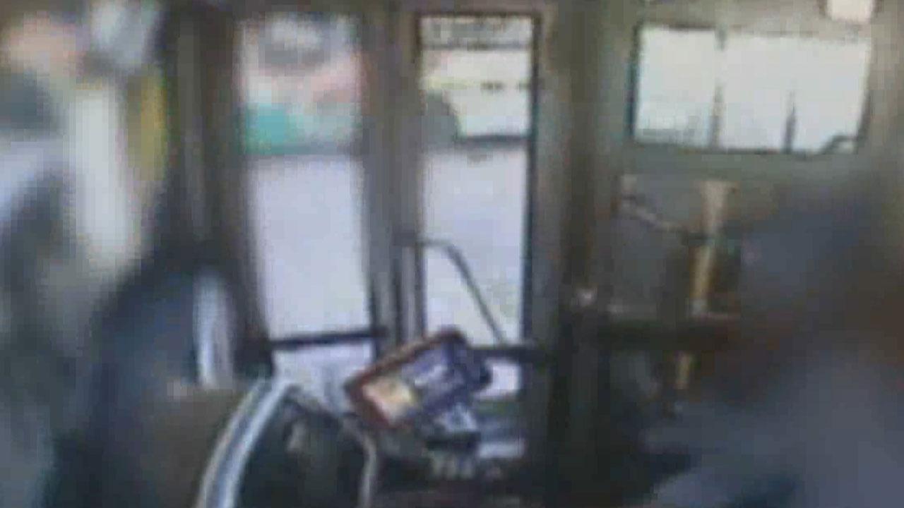 터미널에서 시내버스가 승하차장 덮쳐 3명 사상