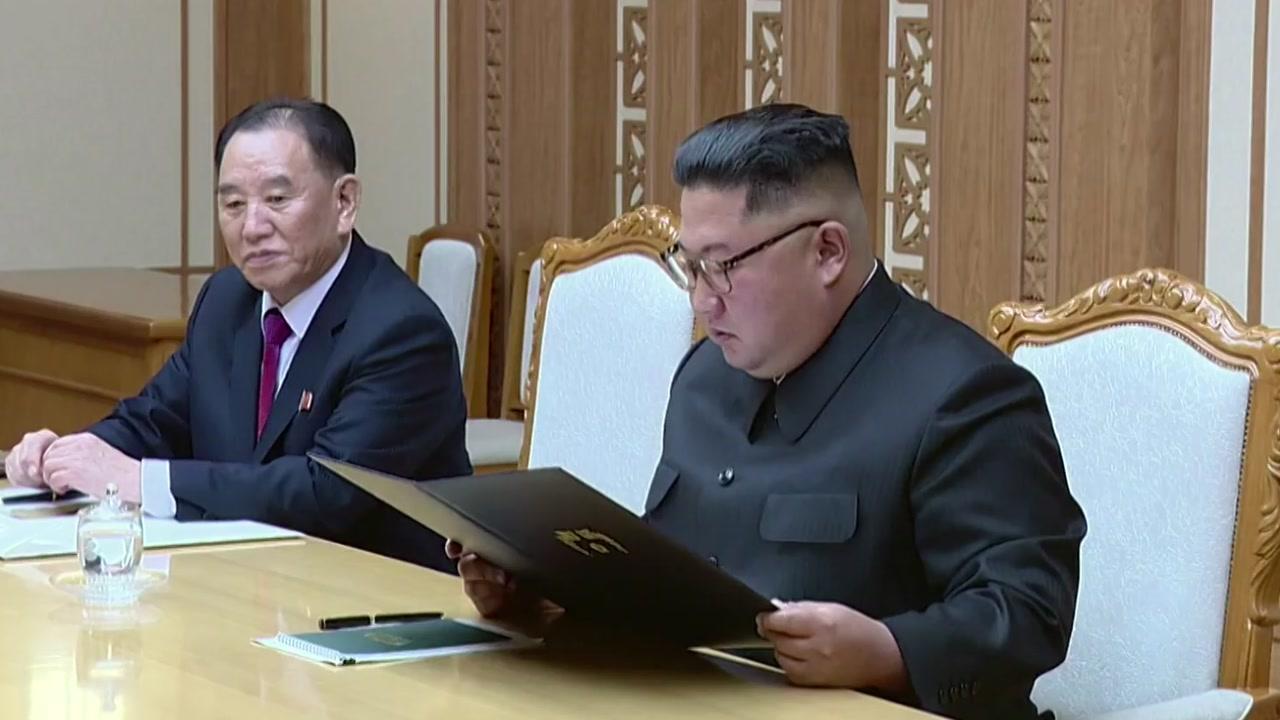 北 매체도 특사단 보도...문 대통령 친서 즉석에서 읽는 김 위원장