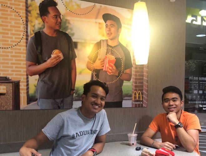 맥도날드에 자기 얼굴 들어간 가짜 포스터 몰래 걸어둔 대학생