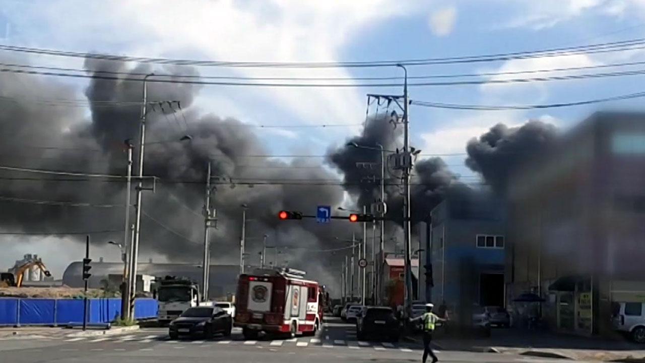 """[속보] 인천 건축업체 창고 불 계속 번져...소방 """"대응 3단계 발령"""""""