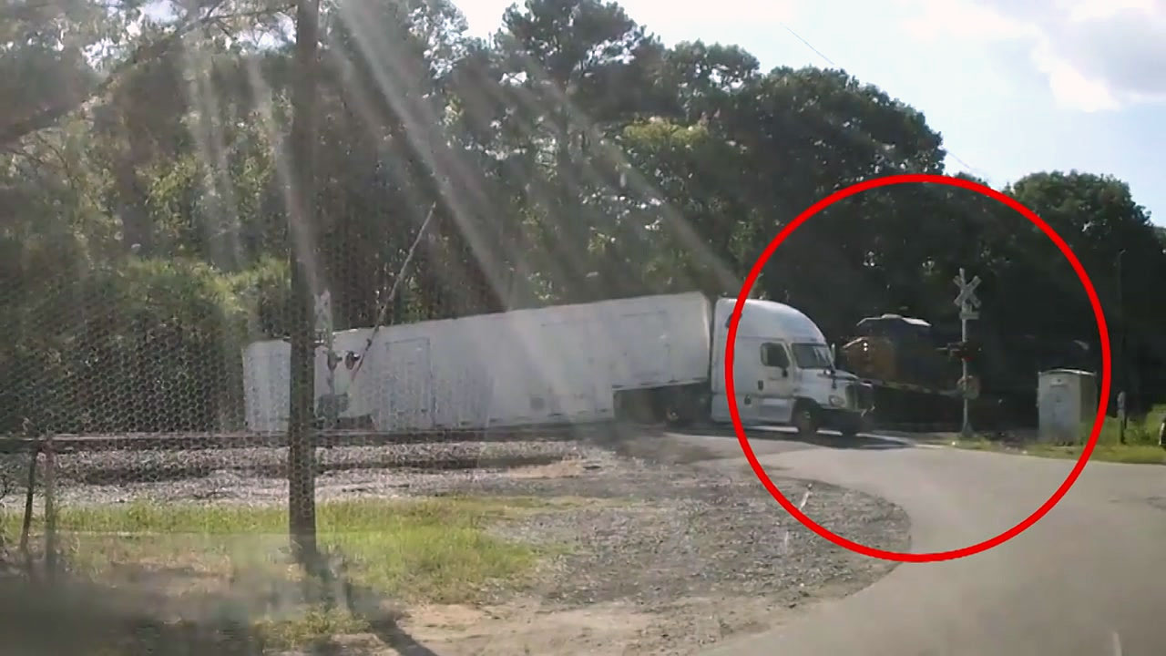 [영상] 기차에 들이받혀 '두 동강' 난 트럭