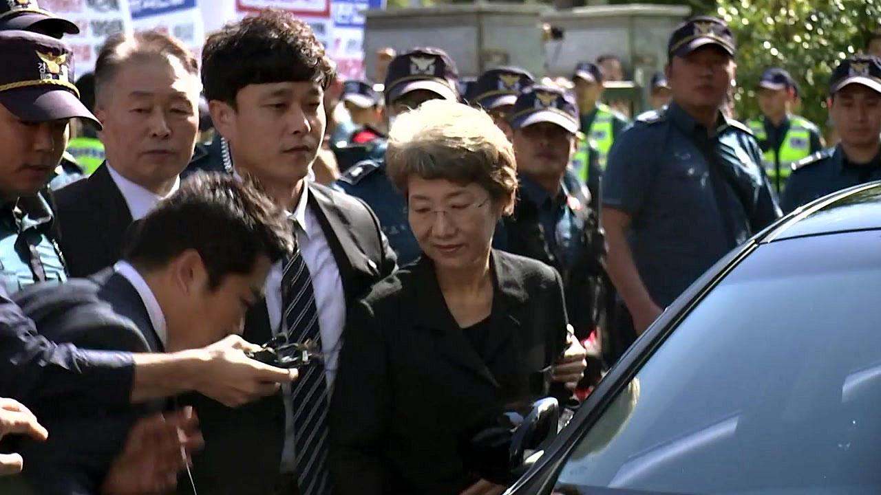 쌍용차노조 항의 속 박보영 전 대법관 출근