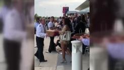 발 묶인 승객들 위해 피자 주문한 비행기 기장
