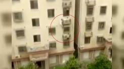 [영상] 난간에 매달린 아이 구한 '스파이더맨'