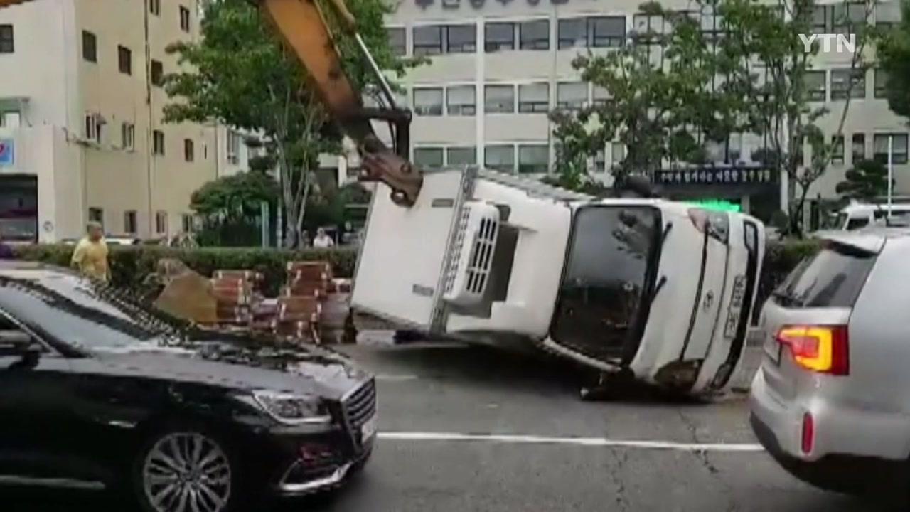 [좋은뉴스] 쓰러진 트럭 일으켜 세운 굴착기 기사