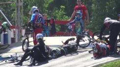 자전거 경주 참가자들, 출발선에서 '봉변'