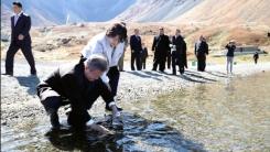 [남북정상회담 현장영상] 생수병에 천지 물 담는 문재인 대통령