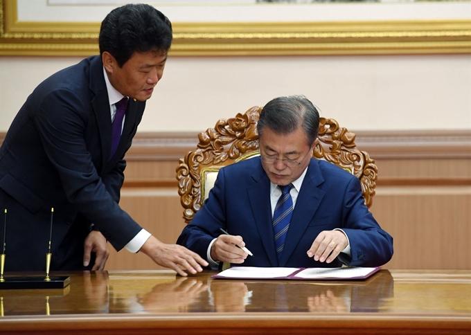 정상회담 서명에 등장한 문 대통령의 '네임펜' 논란