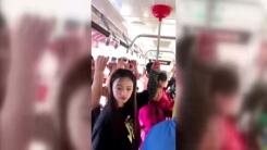 출근길 버스 안...버스 손잡이 대신 사용한 물건은?