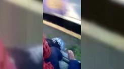 [지구촌생생영상] 달리는 기차 밖으로 떨어진 소녀...승객들이 극적 구조