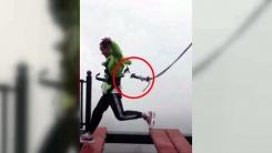 [지구촌생생영상] '고공 징검다리' 위...안전 장비가 몸에서 '툭'