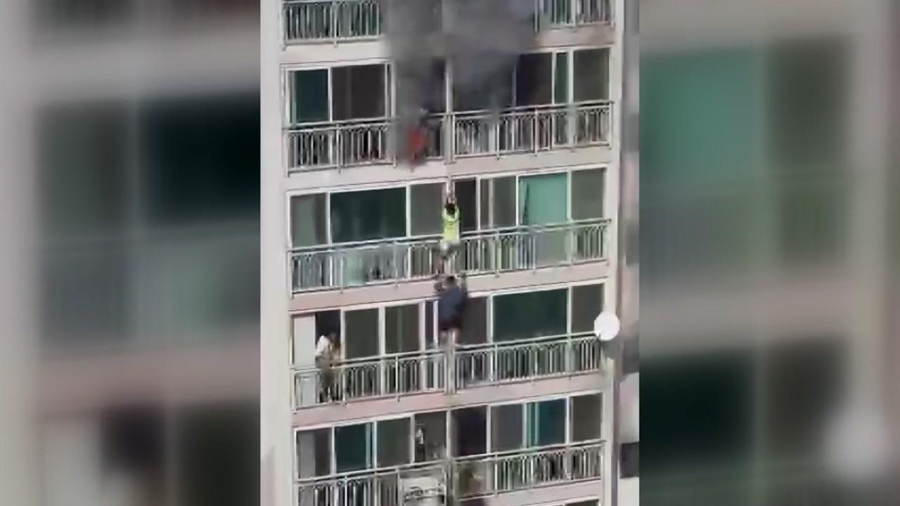[영상] 5개 층 창문에 매달려...필사의 탈출