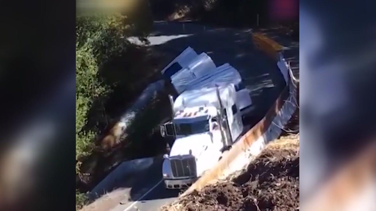 """[영상] 좁은 코너를 도는 긴 트럭의 최후, """"와장창"""""""
