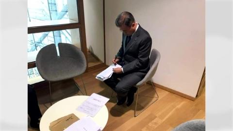 文 대통령, ASEM 단체 사진 촬영 못 한 사연