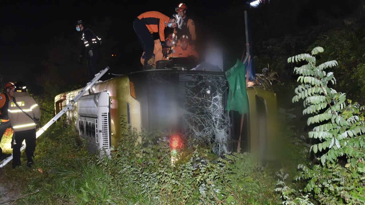 천안논산고속도로서 버스 추락...1명 사망·13명 부상