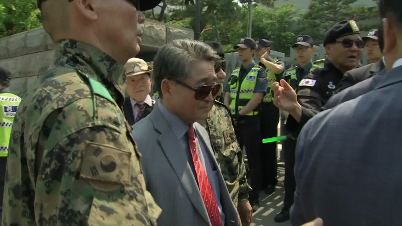 자유한국당, 지만원 논란에 '골머리'