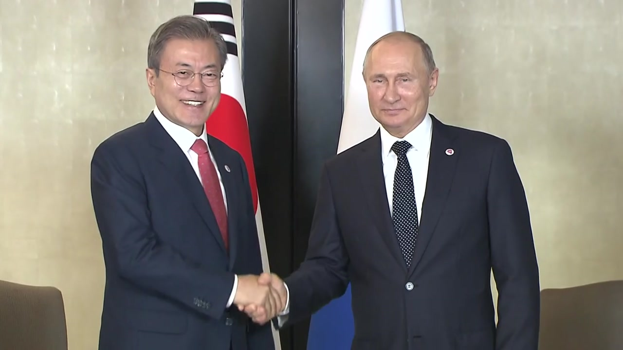 한·러 정상, 대북 제재 완화 포괄적 논의...문 대통령, 오늘 펜스 접견