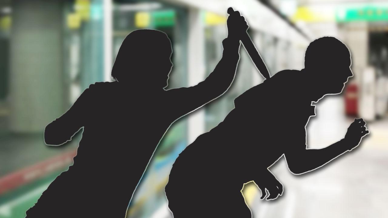 """""""왜 가방쳐"""" 지하철역서 흉기 휘두른 50대 여성 체포"""