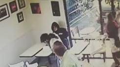 '나가 달라'는 가게 주인 얼굴에 뜨거운 커피 부은 노숙자
