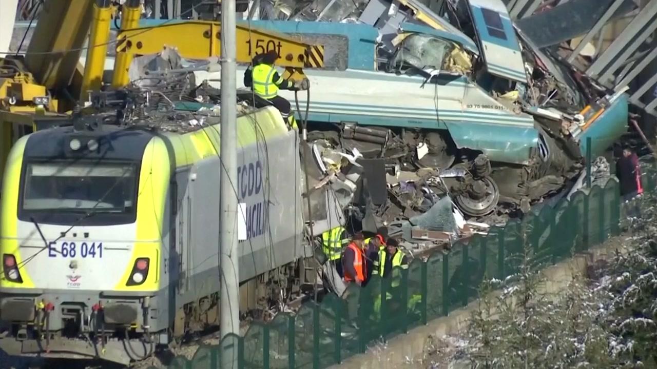 터키 고속열차 충돌 사고로 9명 사망, 80여명 부상