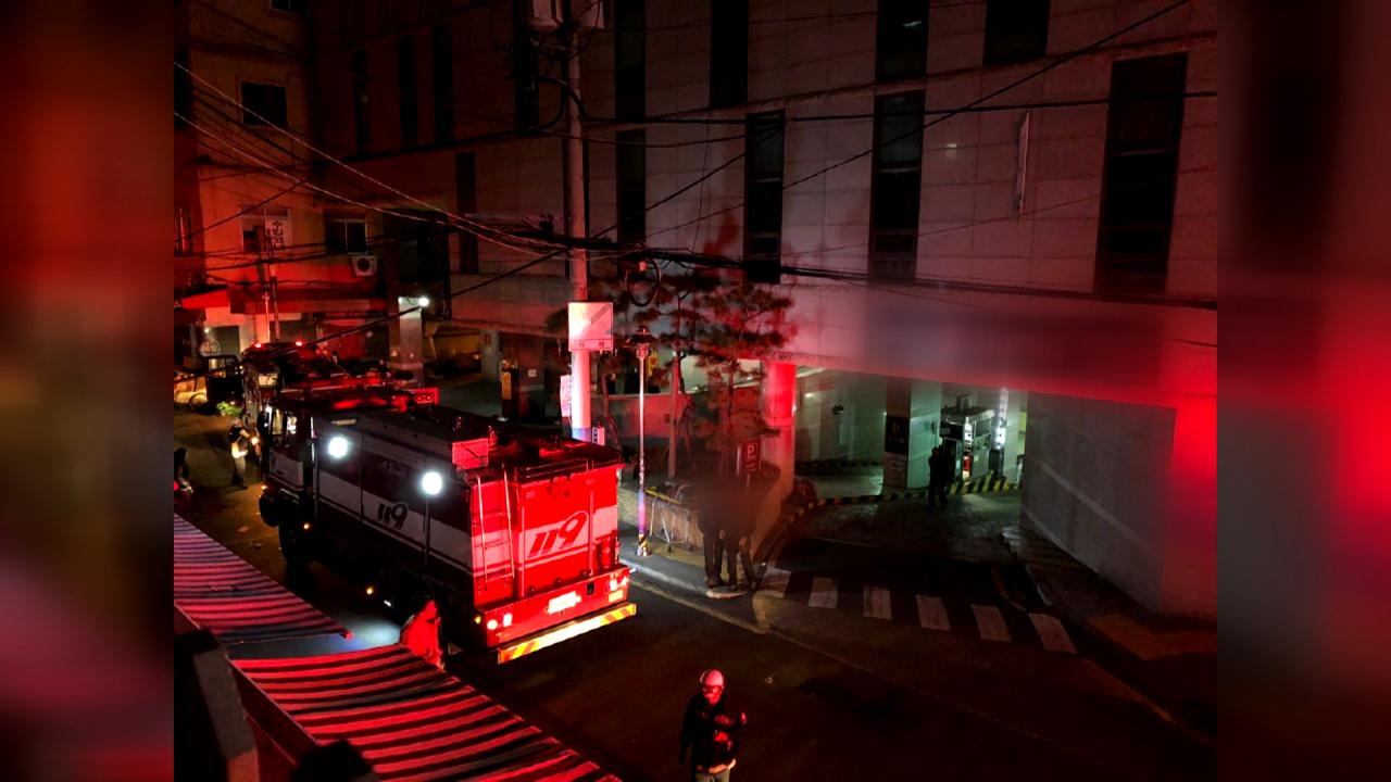 담배꽁초 탓에 아파트 복도에 불...100여명 대피