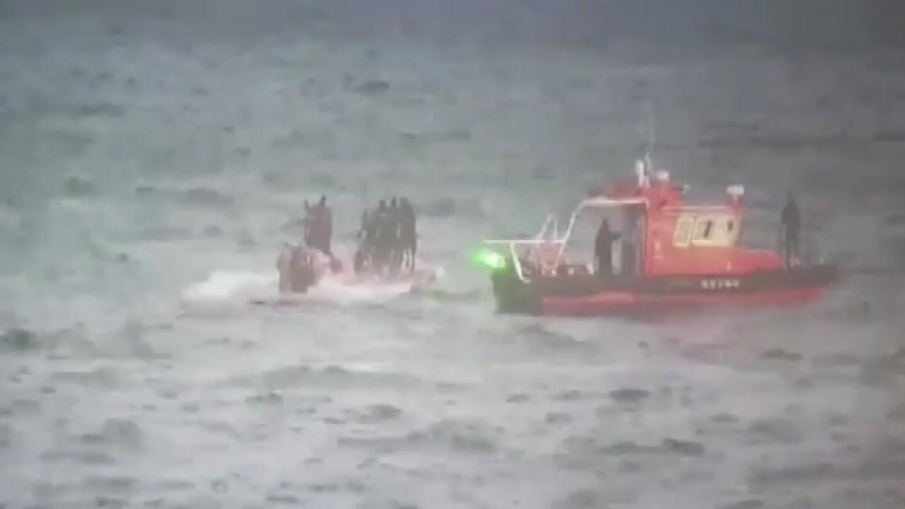 화물선에 부딪혀 낚싯배 전복 3명 사망·2명 실종